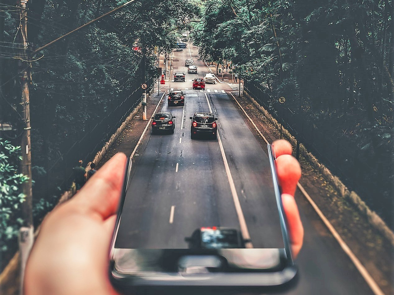road smartphone copy